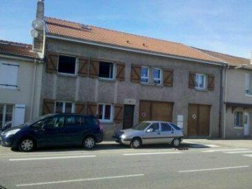 IMMEUBLE DE RAPPORT.  Immeuble de rapport comprenant : Au RDC un F3 de 64m2 avec terrasse couverte et garage loué 536€ plus 70€ pour le garage. A l'étage un F3 de 85m2 avec terrasse loué 558€ et un F4 de 100m2 avec terrasse loué 649€. Sur l'arrière du bâtiment cour, jardin et un garage commun. Toiture, isolation et fenêtres neuves immeuble en parfait état. Rapport annuel 21756€