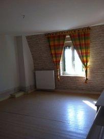 Un appartement de type F1 Bis situé au troisième étage comprenant :  Une grande pièce, une cuisine, une salle de bains avec douche et WC et un grenier. Une place de parking.  Disponible à compter du 17/10/19