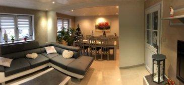 Maison semi-mitoyenne d'environ 150 m² comprenant un salon/salle à manger, une cuisine équipée, salle d'eau avec douche et WC, 4 chambres. Terrasse, petit jardin. Sous sol complet + caves + garage 1 voiture. Terrain d'environ 4 ares.