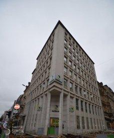 L'Agence immobilière Christine SIMON, vous présente en location un bureau divisé en 5 différents bureaux de 103,72 m2 au total et qui se situe, 68, avenue de la Liberté à Luxembourg-Gare avec l'entrée de la Résidence est dans la rue de Strasbourg vue que le bâtiment fait le coin des deux rues.  Le local se trouve au premier étage avec ascenseur et se compose comme suit: Hall d'entrée avec vestiaire intégrée Toilette séparée Hall d'accueil ou salle d'attente de  /- 14 m2 Bureau 1-  /- 16,30 m2 Bureau 2-  /- 20,50 m2, il dispose des armoire sur mesures Salle d'eau, possibilité de mettre une Kitchenette ou sdb. Hall de séparation entre les bureaux Bureau 3-  /- 11 m2 Bureau 4-  /- 6,70 m2 Bureau 5-  /- 13,50  m2 Une cave de 4,59 m2 Pas de parking ou emplacement. Revêtement du sol: marbre et tapis et carrelage. Fenêtre double vitrage, chauffage à Gaz. Bâtiment sécurisé par deux portes uniquement accessible avec une clé. Bonne situation à quelques pas de la Gare centrale, bonne connexion bus et train et proche de tout commerce. Disponibilité: immédiate Loyer 2300 ' et 200 ' de charges Chaution 2 mois de loyer   charges Honoraire de l'agence à payer par le locataire: 1 mois de loyer   17 % de TVA. Pour de plus amples renseignements ou une visite des lieux, contactez Christine SIMON: 621 189 059 ou par mail: cs@christinesimon.lu Visitez également notre site internet: www.christinesimon.lu  Ref agence :Bureau Luxembourg Gare