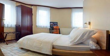 COUPLE : 910 EUR Pour le Français, VOIR EN BAS S.V.P. ! English : Furnished hotel room ; Shower room; Private toilet; 12 minutes walk to
