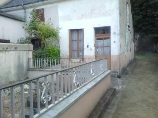 EXCLUSIVITE MAISON DE VILLAGE.  Maison de village, proche du centre ville comprenant :<br> Au RDC ; une grande pièce salon/cuisine dinatoire, une salle d\'eau, une buanderie sous véranda.<br> Au 1er étage : une grande chambre, une petite chambre et un palier<br> Au 2éme étage : une chambre mansardée et un grenier.<br> Extérieur : une petite cour, une grande cave en roc avec un pressoir et clapiers adossés au rocher.<br> Une ancienne maison à usage d\'atelier et de garage avec un grenier au-dessus.<br> Un jardin séparé en bord de loir<br> EXCLUVITE CONTACTER Mme Laurence DEVILLERS 06 29 71 10 77