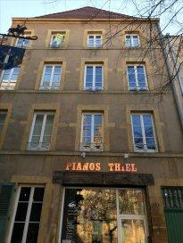 A découvrir absolument, en plein coeur de Metz place Jeanne d\'Arc. F3 intégralement rénové de 64m² au 3ème étage.  Composé d\'un séjour (22m2), une cuisine meublé et partiellement équipée 18m2) donnant sur une terasse couverte, wc. A l\'étage une chambre, un bureau, une salle de bains wc. Disponible à partir du 1 Avril 2018.