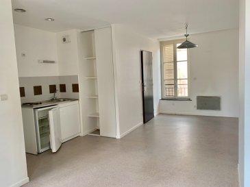 Dans le quartier de Metz Les Iles, ce studio comprenant une pièce à vivre, un coin cuisine équipée, une salle d'eau et un WC. Chauffage individuel électrique  Frais d'Agence: 33.90 m² x 11 € = 372.90 €  Disponibilité immédiate  Rue Saint Vincent