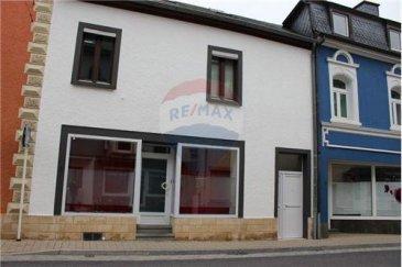RE/MAX spécialiste de l'immobilier à Wiltz vous propose cette très grande maison située au coeur de la ville haute de Wiltz, à proximité de tous les commerces, des écoles et des moyens de transport. Pour une grande famille et / ou un investissement, c'est l'idéal !!! Il y a, par ailleurs, un très grand potentiel, puisqu'il y a possibilité , à moindre frais, de séparer un appartement au sein de cette maison et celui-ci peut être loué 650 - 700 euros par mois. Les combles sont déjà aménagées et il est possible d'y faire encore 2 chambres. Vos avez 210 m2 habitables pour 260 m2 habitables. Il est également possible de faire un commerce au rez-de-chaussée.   Cette maison, remarquablement rénovée, se compose comme suit :  - Rez-de-chaussée:  1 salon 1 cuisine 1 chambre avec dressing 1 salle de douche  - premier étage  3 chambres comprises entre 15 et 20 m2 1 cuisine où il est possible de manger  Combles déjà aménagées avec possibilité de faire 2 grandes chambres  Au sous sol:  Chauffage au gaz de moins d'un an de marque Viessman Buanderie Possibilité également de faire une grande pièce à vivre, l'actuel propriétaire l'utilise comme salle de musique Accès à une grande terrasse de + ou - 50m2 avec une superbe vue   Vous serez séduits par le charme et la fonctionnalité de cette maison qui recèle un grand potentiel. A visiter absolument.