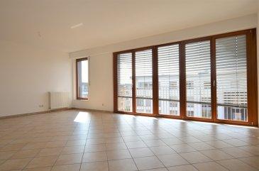 Cet grand appartement lumineux, situé au 4ème étage d'un immeuble contemporain datant de 2006, offre ±94 m² de surface pour ±110m² de surface totale et est agencé comme suit:  Un hall d'entrée ± 4 m² dessert un vaste séjour ± 31 m², une cuisine séparée ± 8 m² super équipée et aménagée (Frigo, congéalteur 6 bacs, four, plaques vitrocéramiques, hotte aspirante, lave-vaisselle, rangements...), une terrasse semi-couverte ± 16m² (orienté Sud-Est), une douche indépendante ± 4m² avec wc avec possibilité d'y installer la machine à laver, une salle de bain ± 6 m² (avec baignoire, lavabo et wc), ainsi que 3 chambres ± 11, 11 et 19 m².  Un emplacement de garage (n°38), une cave privative ± 7 m² (n°3.2 47) et un emplacement (n°47) dans une buanderie commune complètent l'offre.  Situé dans le quartier d'avalon, coin calme du Kirchberg et proche des institutions, à 5 min d'Auchan, KPMG, créduit Suisse, EY, EIB, UBS, Deutsch Börse, BNP Paribas, Cour Européenne, Amazon, Max Plank Institut, ...  Généralités:  Stores électriques et doubles vitrages; Vue dégagés sur les deux côtés de l'immeuble; Proximité des parcs avoisinants; Proche des instutions, banques et sociétés implantées à Kirchberg; Auchan et galeries commerciales, cinéma, restaurants, boulangerie, écoles, crèches dans un rayon proche;  Loyer: 2250-€/mois; Charges: 300-€/mois (N'inclus pas les frais d'électricité et internet); Garantie locative: 2 mois de loyer; Durée de bail min. : 2 ans; Disponible immédiatement; Frais d'agence: 1 mois de loyer+TVA 17%;  Agent responsable: Pierre-Yves Béchet; Tél: +621 654 086; Email: Pierre-Yves@vanmaurits.lu