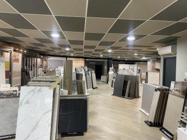 BELARDIMMO vous propose à la vente en exclusivité un showroom sur la commune de Yutz.   Situé dans la rue des Métiers dans une zone industrielle, ce bien dispose de 750 m².  Il est composé de 2 bureaux, deux grands espaces showroom de 362 et 178 m², d'un grand parking , d'un WC et d'un dépôt de 210 m² .   Anciennement utilisé comme un showroom de marbrerie, il est possible de faire de nombreux aménagements différents pour moduler selon l'activité voulu . Il est également possible d'en faire un investissement locatif en louant la partie showroom et en créant des bureaux . La rentabilité brut est de 5.15 % calculé sur un loyer mensuel de 3200 euros   Le bien est équipé de climatisation.  Le PLU permet de créer un appartement au dessus du niveau actuel.  Quelques travaux sont à prévoir.  Pour plus d'informations contactez M.Palmucci au   352 691 105 887.