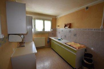 Bon' Appart vous propose ce bel appartement meublé de type F4.  Situé en rez-de-chaussée, il est composé d'une entrée, d'une cuisine aménagée (gazinière), d'un salon, d'une salle à manger, de deux chambres avec placards et d'une salle d'eau avec WC séparé. Il y a également un balcon et une cave.  Disponible de suite.