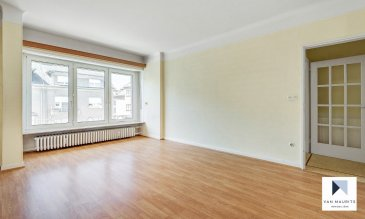 Situé à Luxembourg - Bonnevoie, cet appartement une chambre, situé au 1er étage d'un immeuble de 3 unités, date des années 1950 et possède une surface habitable ± 64 m². Il est composé comme suit:  Un hall d'entrée ± 9 m² donnant accès au living ± 22 m², la cuisine équipée ± 11 m² et un petit balcon ± 2 m², une chambre ± 16 m², une salle de bain ± 5 m² et un petit espace de rangement ± 1 m².  Le sous-sol comprend 1 cave ± 7 m², une buanderie commune, un accès au jardin commun.  Un seul garage ± 25 m² avec une porte électrique (47.000€, non inclus dans le prix de vente).        Détails complémentaires:  • Situé dans un quartier recherché de Luxembourg - Bonnevoie ; • Nouvelle chaudière 2020; •Nouvelle distribution électrique, toit en ardoises et en zinc en bon état; •Des rénovations (salle de bains, cuisines etc.,) sont à prévoir. •Appartement bien situé au calme et proche de toutes commodités.  Geoffrey Depré VANMAURITS tm Callista Sàrl 45-47, boulevard de la Pétrusse L-2320 Luxembourg Tél : +352 661.127.777  www.vanmaurits.com