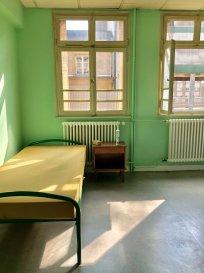 Entre la gare et le centre-ville, cet appartement 1 pièce se compose d'une pièce à vivre avec coin cuisine équipée et d'une salle de douche avec WC.  Chauffage et eau chaude collectif   Frais d'Agence : 11 € x 14.59 m² = 160.49 €  Disponibilité immédiate