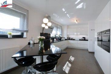 VIP Promotions s.a. vous propose en exclusivité ce magnifique appartement-duplex d'une surface utile de 118,83m² situé au 1er et 2ième étage d'une résidence construite en 2016. (Classe B-C)  Située en plein cœur de la commune de Colmar-Berg, plus précisément à Welsdorf à quelque pas du château du Grand-Duc.  Découvrez notre offre en visite virtuelle:  https://360.immopro.lu/uploads/Welsdorf2/  Le bien se compose comme suit;  1er étage:   - Hall d'entrée - WC séparé - Débarras  - Cuisine complètement équipée et ouverte sur le salon/salle à manger donnant accès à une belle terrasse de 13,42m²  2ième étage:   - Hall de nuit - 3 chambres à coucher - Salle de bains  3ième étage:   - Combles qui peuvent servir de grands débarras  Divers:   - 1 garage intérieur de 14,47m² - 1 emplacement extérieur de 14m² - 1 cave privative de 10,26m²  - Résidence munie d'ascenseur, de buanderie commune et d'emplacements intérieurs supplémentaires au prix de 25.000 Euros.  Environnement périphérique calme et résidentiel mais au même temps proche de toutes commodités, des grands axes routiers et à proximité de toutes les infrastructures nécessaires.  Pour plus de renseignements ou pour une prise de rendez-vous, veuillez nous contacter au +352 691 901 219 ou bien par e-mail sur info@vippromotions.lu  Suivez-nous sur notre page Facebook pour recevoir nos informations en continu.