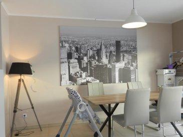 Contact : <br>lydie.popadenec@remax.lu<br><br>Situé à Frisange, au rez-de-chaussée d\'une résidence soignée, bel appartement d\'environ 79.50m², avec une terrasse privative orientée plein sud donnant sur un jardin.<br><br>Cet appartement se compose comme suit :<br><br>Une entrée et un couloir desservent :<br> - une belle pièce de vie et sa cuisine ouverte équipée, avec accès direct à une terrasse privative.<br>- deux chambres donnant également sur la terrasse.<br>- une salle de bain <br>- un WC avec lave-main.<br><br>Au sous-sol, une place de parking et une cave complètent ce bien.<br><br>Situé à proximité des commerces, de la Mairie, cet appartement dispose de toutes les commodités, arrêt de bus à proximité et accès à l\'autoroute.<br />Ref agence :5096083