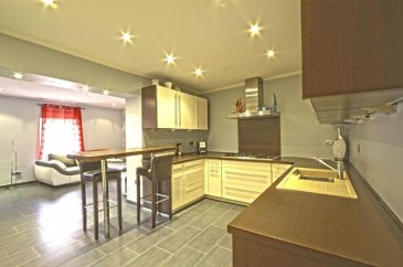 Description du bien. RE/MAX spécialiste de l'immobilier à Belvaux vous propose à la vente cette belle maison mitoyenne à Differdange. Construction sur 3 niveaux (dalles en béton) rénovée récemment. Au rez-de-chaussée se trouve une grande pièce à vivre avec une cuisine ouverte tout équipée et un accès à un grand débarras de 10 m2. Au même niveau se trouve également un WC séparé. Au 1er étage l'on découvre une belle chambre (13,80 m2) avec une salle de douche privative (avec WC) ainsi qu'une deuxième chambre (13,30 m2) et un bureau (10 m2) Au 2ième étage, 2 chambres spacieuses (13 et 12 m2) ainsi qu'une salle bains (avec WC) et une buanderie viennent compléter cette maison d'une surface habitable de 140 m2.  A l'arrière de la maison l'on peut profiter de deux belles terrasses et un coin jardin. La maison est situé dans une impasse calme, proche de toutes commodités.  Personne de contact : Sonia DA GRACA - Tel : 661 45 81 88 ou 691 891 554 sonia.dagraca@remax.lu  Ref agence :5096105