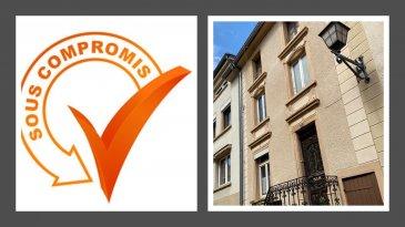 Charmante maison mitoyenne (sans garage) Travaux de rénovations à prévoir    PROJET DE RENOVATION qui se compose comme suit ; * rdch - hall, WC séparé, cuisine, salle à manger et living 50 m2 + terrasse * 1er étage - hall, 1 chambre (9,96m2) + dressing (8.83m2) + sdd privative (5,11m2), 2ième chambre (9,72m2) + dressing (9,07m2) + sdd privative (5,11m2) * 2ième étage - hall, 1 chambre (10,19m2) + sdb (9,00m2) + dressing (6,81m2), WC séparé (2,40m2) + bureau ou autre (19,19m2)  Le prix affiché ne comprend pas LE NOUVEAU PROJET DE RENOVATION