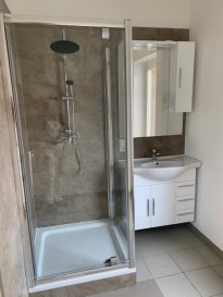 Bel Appartement rénové de 60 m2 en plein cœur  du Centre-Ville Nouvelle Cuisine équipée ,grand living, 1 chambre à coucher, salle de douche-buanderie et cabinet de toilette