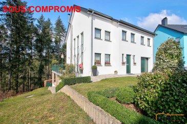 ***SOUS-COMPROMIS***Très belle maison unifamiliale située sur les hauteurs de Vianden dans un quartier calme, libre des 4 cotés avec jardin clôturé, construite en 2002-2003, d\'une surface habitable de 176,50 m2 et d\'une surface totale de 257,80 m2, érigée sur un terrain d\'une superficie de 5,12 ares.<br><br>DESCRIPTION: <br>Rez-de chaussée: (57,75m2 + 18,60m2)<br>- hall d\'entrée (4,50m2)<br>- WC séparé (1,7m2)<br>- cuisine équipée (11,80m2) ouverte sur<br>- salon/salle à manger (39,75m2) avec accès direct vers la terrasse (37m2)<br>- garage pour 1 voiture (18,60m2)<br><br>1er étage: (63,30m2)<br>- salon (25m2)<br>- coin bureau (7m2)<br>- chambre 1 (12,70m2)<br>- chambre 2 (12,25m2)<br>- salle de bain avec WC+urinoire (6,35m2)<br><br>2e étage: (55,45m2)<br>- chambre (35,45m2)<br>- grenier chauffé et aménageable (20m2) <br><br>1er sous-sol: (62,70m2)<br>- hall (9,50m2)<br>- buanderie (20m2) avec accès jardin<br>- chaufferie (5,80m2)<br>- cave (12,40m2)<br>- réserve/vide ventilé (15m2)<br><br>EXTERIEURS:<br>- 2 emplacements extérieurs <br>- jardin clôturé<br>- terrasse orientée sud/ouest (37m2)<br>- sous-terrasse  pouvant abriter bûches de bois pour cheminée<br><br>ASPECTS TECHNIQUES: <br>construction en blocs Bisotherm,<br>chauffage à mazout, chauffage sol au rez-de chaussée, radiateurs à l\'étage, chaudière de la marque Buderus, réservoir à mazout 3000 litres, poêle à bois, toiture isolée et recouverte d\'ardoises naturelles, châssis PVC double vitrage, sols recouverts de carrelages et parquet stratifié, escaliers en bois, volets occultant en tissus (électriques par endroit), fenêtres rez-de chaussées équipées de filtres anti-infraction, aspirateur central, chute à linge, adoucisseur d\'eau.<br><br>SITUATION ET DISTANCES:<br>VIANDEN, situé en bordure ouest de la frontière allemande est une petite ville médiévale avec son château fort datant du 5e siècle, laquelle ville, par sa beauté de ses paysages propose une multitudes d\'attractions sportives et culturelles p