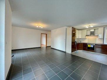 Modernes Appartement in Perl mit guter Verkehrsanbindung und ruhiger Lage.  Das Appartement liegt im Erdgeschoss einer modernen Residenz. Hier finden sich ein grosszügiges Wohn/Esszimmer mit offener moderner Küche und einer grossen Terrasse. Weiterhin gibt es ein Schlafzimmer, ein Badezimmer ( Dusch/WC ) und eine grosse Eingangshalle. Im Untergeschoss befinden sich ein privater Kellerraum und eine gemeinschaftliche Waschküche. Neben der Residenz steht ein Carport zur privaten Nutzung. Das Appartement hat doppelt verglaste Fenster, wurde neu gestrichen und verfügt über eine Fussbodenheizung. Nichtraucher erwünscht, keine Tiere, CDI und ein monatliches netto Einkommen von min. Euro 3.000 .  Perl gehört zu den bevorzugten Grenzstädten von Luxemburg. Hier finden sich alle Sportaktivitäten, Schulen und Einkaufsmöglichkeiten. Die Mosel mit ihren berühmten Weinbergen ist in unmittelbarer Nähe, die Verkehrsanbindung sehr gut.  Appartement moderne à Perl, situé au calme.  L'appartement est au rez-de-chaussée d'une résidence moderne. Ici vous trouverez un spacieux salon / salle à manger avec une cuisine moderne ouverte et une grande terrasse. Il y a aussi une chambre, une salle de bain (douche/toilette) et un grand hall d'entrée. Au sous-sol il y a une cave privée et une buanderie commune. A côté de la résidence se trouve un abri voiture à usage privé. L'appartement a des fenêtres à double vitrage, a été repeint et dispose du chauffage au sol.. Non-fumeurs bienvenus, pas d'animaux, CDI et un revenu net mensuel d'au moins 3 000 euros.  Perl est l'une des villes frontalières préférées du Luxembourg. Toutes les activités sportives, les écoles et les possibilités de shopping peuvent être trouvées ici. La Moselle avec ses célèbres vignobles est à proximité immédiate et les liaisons de transport sont très bonnes.  Modern apartment in Perl with good transport connections and a quiet location.  The apartment is on the ground floor of a modern residence. Here you will find a spacious 