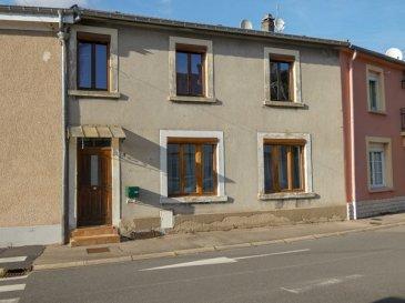 Nous VENDONS à APACH (57480),  soit à proximité immédiate de la frontière Luxembourgeoise ;   une maison de ville mitoyenne de ses deux côtés.  Etablie, parfaitement au calme, sur un terrain de 0,92 ares, elle offre une surface habitable totale de 114 m2, comprenant :  En rez-de-chaussée :  Un salon de 15,45 m2, partiellement ouvert sur un séjour de 16,59 m2.  Une cuisine de 11 m2.  Une salle d\'eau et WC.   A l\'étage :  Trois chambres de 9,48 – 18,18 et 18,29 m2. Une salle de bains et WC, de 8,26 m2.   Une cour privative à l\'arrière Une cave.  *** Toiture récente (2009). *** Double vitrage sur châssis bois *** Volets motorisés pour salon-séjour et deux chambres.  *** Chauffage au gaz de ville, chaudière neuve de 2019.  *** Parking gratuit en face de la maison.    LE BIEN EST IMMEDIATEMENT DISPONIBLE   CONTACT :   Gérard STOULIG – Agent commercial au : 06 03 40 33 55.  WIR SPRECHEN DEUTSCH