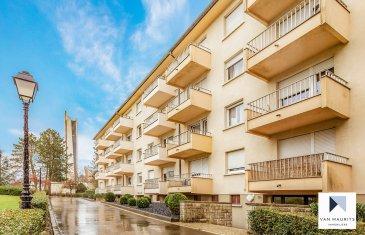 *** SOUS COMPROMIS *** SOUS COMPROMIS *** SOUS COMPROMIS *** Un appartement lumineux, situé au 3ème étage d'une petite résidence, avec ascenseur, bien tenue, comprenant 9 unités, localisé à Howald, proche du nouveau Centre Commercial Auchan et du lycée Vauban, et proche des arrêts de bus.  L'appartement comprend un séjour de ± 30 m2, une cuisine séparée de ± 9 m2 qui s'ouvre sur un balcon de ± 3 m2, deux chambre de ± 10 et 15 m2, une salle de bains ± 5 m2 et un w.c séparé ± 2 m2.    Parquet en chêne sur tous les sols excepté les salles d'eau qui sont équipées de carrelage (60 x120 cm Gigacer).  Orienté Sud-Est, bien lumineux toute la journée.  L'offre comprend un garage pour voiture ainsi qu'une cave et l'emplacement dans la buanderie commune.  Agent responsable du dossier : Geoffrey DEPRE  E-mail : geoffrey@vanmaurits.lu  Mobile : +352 661 127 777