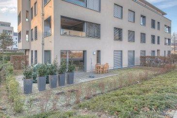 *** SOUS COMPROMIS***  Jonathan FORRETT, RE/MAX Partners, spécialiste de l'immobilier à Luxembourg vous propose en exclusivité ce superbe appartement situé au rez de chaussé d'une résidence de 20 logements construite en 2011. Il dispose d'une superficie habitable de 75 m² ainsi que d'un jardin.  Cet appartement se compose comme ceci : un hall (environ 13m²), une cuisine entièrement équipée (environ 7m²) un vaste salon / séjour (environ 26m²) donnant accès sur la terrasse ainsi qu'au jardin, une petite chambre (environ 8m²), une grande chambre (environ 14m²) donnant accès sur une jolie salle de bain avec douche, vasque et WC (environ 5m²) et un WC séparé.   Ce bien dispose également d'une place de parking intérieur, d'une cave.  Ce superbe appartement est à découvrir absolument, très lumineux et offrant de jolies prestations telle que les stores orientables, le jardin et la terrasse exposé plein sud… La résidence dispose aussi d'un ascenseur et d'une buanderie commune.    Idéalement située dans un cartier calme à 2 minutes de la Cloche d'Or et à deux pas du parc de Cessange .  Disponibilité : avril 2017.  Contact : Jonathan FORRETT au +352 621 301 943 ou jonathan.forrett@remax.lu