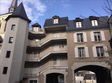 En plein centre de Saumur, dans résidence avec ascenseur, au 3ème étage, agréable appartement  de 42 m², cuisine, séjour, salle d\'eau, wc, une chambre avec placards. Chauffage électrique récent. très bon état (peintures et tapisseries neuves , salle d\'eau refaite à neuf. Jolie vue.