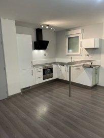 Belardimmo vous propose en exclusivité un très bel appartement une chambre  situé 42 allée de la libération à Thionville; Il est composé comme suit :<br><br>- Hall d\'entrée<br>- WC séparé<br>- Salle de bain<br>- Une chambre<br>- Grand dressing dans couloir<br>- Salon/séjour<br>- Cuisine équipée ouverte<br><br><br><br><br><br>L\'appartement dispose également d\'une place de parking sous-terrain securisée et d\'une cave privative.<br><br>Il est au troisième et dernier étage de la résidence avec ascenseur. Triple vitrage et volets électriques dans toutes les pièces.<br><br>LOYER : 650€ + 100€ de charges( Eaux, nettoyage commun, ascenseur...)<br><br>CDI OBLIGATOIRE avec revenu(s) supérieur à 3x le montant du loyer.<br>Possibilité de paiement 1 an de loyer d\'un coup si pas de travail dans l\'immédiat.<br><br>Pour plus d\'informations contacté Monsieur David Kempf au 00 352 621 631 841 ou par mail david.kempf16@gmail.com <br><br>