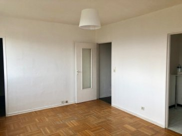 Dans le quartier Saint Thérèse de la ville de Metz, cet appartement 2 pièces se compose d'un salon-séjour, d'une chambre, d'une salle de bains et d'un WC. Une place de parking complète ce bien. Chauffage collectif au gaz  Frais d'Agence: 42.68 m² x 11 € = 469.48 €  Disponibilité immédiate  Rue Lançon