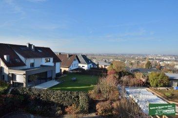 Tempocasa Mondorf vous propose une belle maison de +/- 220 m2, dans un quartier résidentiel calme  et prisé de Luxembourg (Kohlenberg), tout proche du centre-ville de Luxembourg, sur un terrain  de 5 ares 79 centiares, composée comme suit :<br><br>Cave:<br> -une grande chambre à coucher avec grand dressing<br>- WC séparé<br>- une salle de bains/buanderie<br>- un garage<br><br>RDC:<br>-hall d\'entrée<br>-un WC séparé<br>-une cuisine équipée<br>- une chambre<br>- une salon/Séjour avec accès à la terrasse vue exceptionnelle sur la ville de Luxembourg<br><br>1er étage: <br>-4 grandes chambres <br>- une salle de douche avec WC<br><br>Combles aménagé:<br><br>une grande chambre<br><br>Les fenêtres double vitrage datent de 2010<br>le chauffage est au gaz <br><br>A voir absolument !<br />Ref agence :DK096