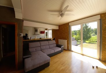 Jolie maison moderne mitoyenne un côté d'une surface de 83 m2, très belle rénovation, comprenant une salle de bains, 2 chambres, une très belle pièce de vie donnant sur une terrasse, cuisine équipée, parquet au sol, double vitrage, le chauffage est au fioul, électricité refaite, le maison dispose d'un panneau solaire pour la production d'eau chaude, la toiture est en bon état, une cave, un petit garage, un terrain de 4.05 ares complète l'ensemble. Photos et renseignements sur demande