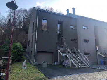 Très belle maison jumelée à Ernzen.  Ce bien d'environ 270 m2 dont 160 m2 habitable est situé dans un environnement calme et près de l'arrêt de bus.  Le rez-de-chaussée se compose d'un Hall d'entrée, d'un bureau, d'un WC visiteur, d'un grand salon d'une cuisine équipée, et d'une salle à manger avec accès sur la terrasse.  Le premier étage se compose de 3 chambres à coucher, d'une salle de bain, douche et d'un dressing.  Le deuxième étage d'environs 50 m2 peut être aménagé.  Le sous-sol se compose d'un garage pour deux voitures d'une cave et d'une buanderie.  N'hésitez pas à regarder notre visite virtuelle