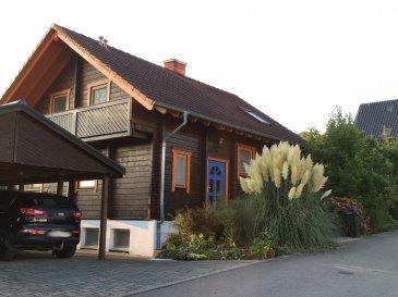 Haus zum Kauf in Welschbillig-Ittel   Typ: Einfamilienhaus Schlafzimmer: 2 Wohnfläche: ca. 155m² Grundstücksfläche: ca. 1500m² Stockwerke: 2 Kaufpreis: 519.000 Euro Baujahr: 2000 Verfügbarkeit: nach Vereinbarung Vermittlungsgebühren: 3% zuzüglich MwSt.   In einer ruhigen Sackgasse in Ortsrandlage präsentiert sich ein im Jahr 2000 erbautes Wohlfühlobjekt aus Massivholz mit 155m² Wohnfläche, verteilt auf zwei Ebenen.  Im Inneren verbindet sich ein gehobenes Wohnambiente mit Gemütlichkeit. Das offen gestaltete Erdgeschoss bietet Zugang zu einem großen Wintergarten mit angrenzender Terrasse und gepflegtem Garten. Zudem verfügt das voll unterkellerte Objekt über zwei Schlafzimmer, eine Galerie und zwei Bäder, wovon eines mit einer Finnischen Sauna und Jacuzzi ausgestattet ist. Neben der Fußbodenheizung lässt sich mit dem Kaminofen im Erdgeschoss für behagliche Wärme sorgen. Das Erdgeschoss ist mit Fliesen, das Obergeschoss mit Massivholzböden ausgestattet. Insgesamt sind vier Stellplätze vorhanden, verteilt auf ein großes Carport und eine elektrische Doppelgarage. Das pflegeleichte Grundstück bietet ca. 1500m² Fläche.  Ittel gehört als Ortsteil zu Welschbillig und bietet sehr gute und schnelle Verkehrsanbindungen nach Luxemburg, Trier und Bitburg.  Energieausweis: Art: Verbrauchsausweis Baujahr laut Energieausweis: 2000 Endenergieverbrauch: 137,1 kWh/(m²*a) Energieeffizienzklasse: E