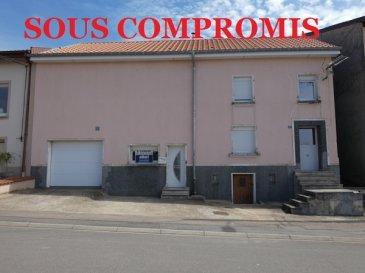** SOUS COMPROMIS **  NOUS VENDONS au 17 rue du Mornant à WALDVISSE (57 480) soit à 17 kms seulement de la frontière luxembourgeoise de SCHENGEN (L) et à proximité immédiate de la frontière allemande  ;  une maison de village mitoyenne d\'un seul côté établie sur un très beau terrain plat, clos et arboré de 4a63.  Elle offre sur une surface habitable de 114 m2 :  En rez-de-chaussée : Une entrée de 16,24 m2 Une cuisine de 12,47 m2 avec accès à une terrasse partiellement couverte à l\'arrière de la maison. Un séjour de 13,90 m2 Un salon de 12,56 m2 Une salle de bains et WC de 6,08 m2.  A l\'étage : Des dégagements de 6,39 m2 Trois chambres de 9,14 – 9,40 et 14,36 m2. Une pièce de 65,55 m2 en combles sur dalle. Cette pièce d\'un seul tenant sous poutres en lamellé-collé est en cours d\'aménagement.    Avec aussi un espace buanderie de 13,11 m2 ainsi qu\'un garage d\'une longueur de 5,95 m pour le stationnement d\'une voiture. Sa porte est motorisée.  Une cave sous la partie avant de la maison.  *** Toiture entièrement neuve *** Double vitrage très récent *** Le bien est raccordé à l\'assainissement collectif. *** Taxe foncière 480 €.  LE BIEN EST IMMADIATEMENT DISPONIBLE.  CONTACT :  Gérard STOULIG – Agent commercial au : 06 03 40 33 55.  WIR SPRECHEN DEUTSCH.  Les frais d\'agence sont à la charge du vendeur.