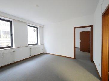 Ville-haute: Bureaux de 75m2 à louer au 2ième étage avec ascenseur d'un bâtiment dans l'Avenue de la Porte Neuve, Rue piétonne à Luxembourg-Centre.  Le bureau fait l'étage complet avec 2 entrées, il se compose comme suit:  - 1 bureau de 14.42m2 avec vue sur l'Avenue de la Porte Neuve - 1 bureau de 14.38m2, avec vue sur l'Avenue de la Porte Neuve - 1 bureau de 13.56m2, avec étagère, avec vue sur l'arrière - 1 bureau de 13.31m2, avec étagère, avec vue sur l'arrière - 1 espace kitchenette de 7.40m2, équipé  - 1 WC séparé   Equipements:  - Fenêtres double vitrage - Parlophone, - Moquette au sol - Porte sécurité   Sans parking, mais possibilités aux alentours  Loyer: 2 500.00 euros TVA comprise et non récupérable Avances sur charges: 200.00 euros TVA comprise (chauffage, eau, nettoyage et électricité des communs)  Contrat de location: 3 ans Caution: 5 000.00 euros  Disponible de suite  Votre personne de contact pour renseignements ou visites: M. Yves ROGOWSKI Tél.: 00352 26 36 26 94 Email: info@house-invest.lu
