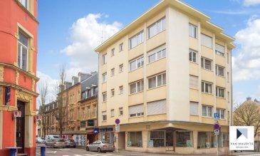 *** SOUS COMPROMIS *** SOUS COMPROMIS *** SOUS COMPROMIS *** Agréable appartement lumineux ±75m², 2 chambres situé au 3ième étage d'un immeuble datant de 1963 comprenant 14 unités dont 3 commerces (bureaux) proche de toutes commodités.  L'appartement accessible par ascenseur comprend le hall d'entrée ± 5 m², le séjour avec espace repas et cuisine équipée ± 36 m², le couloir ± 2.5m² qui mène vers la salle de douche ± 5 m² avec une grande douche à l'italienne, double lavabo et wc et au 2 chambres à coucher ± 12 et 15 m².  Une buanderie commune et une cave privative ±6m² complètent l'offre  L'appartement fût complètement rénové en 2008, électricité, sols, parquet, fenêtres, mur phonique côté voisin, ...  Appartement lumineux, orienté est-ouest Charges actuels 200€ / mois, Immeuble très bien entretenu Eventuellement possible de louer un emplacement 250€ / mois L'appartement sera disponible juillet / août 2020