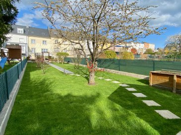 Charmante maison  en parfait état située au calme à Crauthem, commune de Roeser,  à 7 km de Cloche d\'or et à 14km du Kirchberg.<br><br>Terrain de 3.85 ares avec +/-140m2 de surface habitables, se composant comme suit:<br><br>*Rdch:<br>- hall d\'entrée avec WC séparé<br>- Living avec lumière traversante<br>- Récente Cuisine équipée individuelle <br><br>* A l\'étage:<br>- Hall de nuit<br>- 2 chambres à coucher<br>- bureau <br>- Salle de douche avec fenêtre<br><br>* Dernier étage:<br>- 1  chambre parentale de +/-30m2 avec salle de douche<br><br>* Sous-sol:<br>- garage<br>- cave<br>- buanderie / chaufferie<br>- magnifique véranda composé d\'un grand espace avec four à pizza et barbecue.<br><br>La maison dispose également d\'un splendide jardin arboré orienté Sud /Ouest, avec un chalet écologique.<br><br>A savoir: <br><br>Chauffage au gaz <br>Electricité de 2004<br>Double vitrage de 2004<br><br>Pas de  travaux à prévoir.<br><br>Très bonne situation, proche arrêt de bus et école à quelques kilomètres.<br><br>Visite possible le soir et les week-ends.<br><br>Si vous souhaitez estimer votre bien n\'hésitez pas à nous contacter au 26.311.992 ou sur info@immocontact.lu<br>