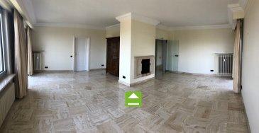 A vendre Luxembourg - Belair Appartement – 5e et dernier étage  --------------------- Appartement de luxe d'une surface pondérée vendable de 237,6 m2 -------------------------------------------------------------------------------------------- - Hall d'entrée avec armoires intégrées - Grand Living avec vue imprenable - 1 cuisine équipée fermée - 1 buanderie dans l'appartement - 5 chambres à coucher - 2 salles de douche  - 1 salle de bains avec double lavabo et W.C. - 2 balcons - 1 Terrasse   - 3 Emplacements intérieur pour voiture - 2 Caves  ---------------------- LES + - Vue imprenable - Situation exceptionnelle et calme - Proximité Centre-Ville - Belle luminosité  - Vue imprenable et dégagée - Très bonne desserte par les transports publics, notamment par le Tram (arrêt à 350m) - grand potentiel - disponible de suite ----------------------- Façade neuve – Balcons et terrasse neuves – Fenêtres neuves Appartment rénové en 2008 ----------------------- Pour plus de renseignement ou un Rendez-Vous pour visiter contactez : Monsieur Bob FUNCK - bob@sigelux.lu SIGELUX : 46 71 31 ou info@sigelux.lu