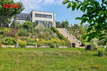 ***VENDU***BATIMENT A HABITATION HAUT DE GAMME avec IMPORTANT ESPACE UTILE (140m²) pour utilisation loisir ou professionnelle.<br><br>Ce bien d\'exception se trouve dans l\'ouest du Grand-Duché de Luxembourg, à deux pas de la N4, axe routière Luxembourg - Arlon - Bruxelles. <br><br>La propriété, d\'une surface totale de 430 m2,  dont 290,28 m² surface habitable, vous séduira et par ses espaces proposés et par sa vue imprenable sur la vallée. 140 m2 de garage viennent compléter le bien et attireront les collectionneurs de véhicules automoteurs.<br><br>Le terrain dispose d\'une superficie de 20,60 ares <br><br>Cette maison contemporaine à 4 façades, construite en 2014 à basse consommation d\'énergie BB saura vous charmer par son équipement et matériaux haut de gamme. <br><br>Citons notamment, un ascenseur de la marque SCHINDLER, une cuisine de la marque BULTHAUP équipée d\'appareils électroménagers de la marque GAGGENAU, sanitaire de la marque DURAVIT et PHILIPPE STARCK, sols recouverts de granit et de parquet en chêne massif, menuiserie intérieure en bois massif et divers murs en béton ciré. <br>Le bien se prête parfaitement aux personnes à mobilité réduite!<br><br>ASPECTS TECHNIQUES:<br>- Sauna avec vue panoramique de la marque B+S Finandia<br>- feu ouvert à double face centré entre l\'espace wellness et le living<br>- chauffage sol et ventilation à double flux<br>- chaufferie avec pompe à chaleur Viesmann<br>- fenêtres triple vitrage et RAF-stores électriques<br>- système d\'alarme<br>- toiture recouvert d\'ardoises naturelles<br>- panneaux solaires thermiques Viesmann pour production d\'eau chaude<br>- éclairage LED <br><br>DESCRIPTION:<br><br>Au REZ-DE CHAUSSEE: (surface habitable: 27,78 m2) <br>- hall d\'entrée avec vestiaire<br>- ascenseur et escaliers <br>- accès jardin<br>- grand garage (140 m2) avec possibilités d\'y entreposer une douzaine de véhicules<br>- 2 locaux techniques (chaufferie et électricité)<br><br>Au PREMIER ETAGE: (surface habitable: 129,44 m