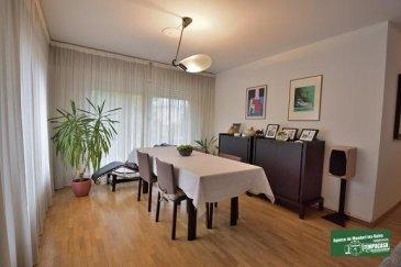 Tempocasa Mondorf-les-Bains vous propose à la vente ce très bel appartement d'une surface totale de 117 m² situé à Strassen, avec un balcon de +/- 9 m², un très grand living de +/- 45 m² et avec 2 chambres à coucher.  L'appartement si situe au premier étage, à l'arrière d'une résidence, et offre des prestations de haut standing par sa localisation, sa disposition, ses espaces, son grand living avec accès au balcon et sa cuisine entièrement équipée et son accès au balcon.  L'appartement se compose ainsi :  Hall d'entrée Living (salon et salle à manger) avec accès au balcon Cuisine fermée équipée avec accès au balcon Vestiaire WC  séparé 2 chambres Salle de bain avec WC  Le balcon d'une surface de +/- 9,5 m² donne sur l'arrière du bâtiment et permet d'avoir une vue agréable sur un espace vert et sur un parking privé.  Le revêtement de sol de l'appartement est en parquet massif, sauf pour la cuisine, la salle de bain  ainsi que le WC séparé.  Viennent compléter l'appartement une cave spacieuse ainsi qu'un emplacement voiture intérieur, se trouvant tous les deux au sous-soul du bâtiment.  Strassen est une localité limitrophe de la ville de Luxembourg; la facilité de mobilité, les accès aux moyens de transports, la proximité de tous commerces, écoles, crèches, service médicaux..... ont font une localité très demandée.   Pour toute information complémentaire ou une éventuelle visite veuillez vous adresser à Monsieur Belardi au +352 6213678853.        Ref agence :AB064