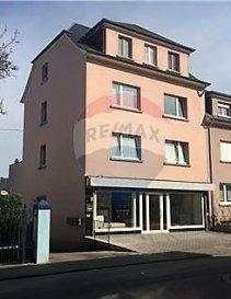 RE/MAX spécialiste de l'immobilier à Dudelange vous propose à la vente cet Immeuble de Rapport situé à Dudelange. Proche du centre-ville et transport en commun à proximité :  Cet immeuble de rapport comprend : - Au rez-de-chaussée : un local commercial d'une surface total de 200m2 (divisible) - Au 1er étage : appartement 2 chambres d'une surface d'env 64 m2 , avec living, cuisine équipée, salle de bain + terrasse  d'env 41 m2 - Au 2e étage : appartement 2 chambres d'une surface d'env 63m2' avec living, salle de bain et cuisine équipée. - Au 3e étage : appartement 1 chambre un living, salle de bain et cuisine équipée. - Grenier aménageable d'une surface d'env 40 m2 - Un studio avec coin kitchenette, et salle de bain. - Au sous-sol : cave pour chaque appartement, buanderie commune, chaufferie et grand dépôt de 150 m2 Les appartements sont actuellement loués.  N'hésitez pas nous contacter pour tout complément d'information ou pour convenir d'une visite.   - Disponibilité. De suite