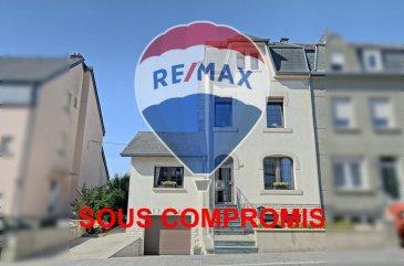 ***SOUS COMPROMIS*** RE/MAX, spécialiste de l'immobilier à Dudelange vous propose en exclusivité à la vente cette magnifique maison libre des trois côtés. Elle dispose d'une superficie habitable d'environ 182 m² pour 247 m² au total. Cette demeure vous séduira par son splendide extérieur d'env. 305 m², ses beaux volumes, et sa composition remplie de charme.  La maison se compose au rez-de-chaussée : d'un hall d'entrée, d'une spacieuse et lumineuse pièce de vie séjour/salle à manger et cuisine ouverte d'env. 46 m², une salle de douche d'env. 8 m², un deuxième séjour d'env. 28 m² avec un plafond cathédrale (peut être fait un autre étage au-dessus du séjour), un extérieur avec une belle terrasse d'env. 44 m² et un jardin d'env. 251m².  Demi-palier : Salle de douche complètement rénovée il y a trois ans.  Au premier étage : un hall de nuit, une chambre d'env. 12,5 m² et une deuxième chambre d'env. 17,5 m².  Au deuxième étage : un hall de nuit, une troisième chambre d'env. 17,5 m² et une quatrième chambre d'env. 9 m² avec une mezzanine d'env. 7 m².  Au sous-sol : buanderie d'env. 16 m², cave avec une douche d'env.21 m² avec accès au garage d'env. 28 m².   Extérieur : une terrasse d'env. 44 m² et un jardin magnifique d'env. 251 m² situés à l'arrière de la maison avec un passage du côté gauche qui donne à l'avant de la maison.  Caractéristiques supplémentaires : Double vitrage, deux salles de douche renouvelées il y a 3 ans, façade de l'arrière de la maison refaite il y a 5 ans.  - Chauffage : Gaz (Buderus de 1991) - 4 chambres, 2 salle de douche, deux séjours - Garage et 2 emplacements extérieurs - Terrain : 4,80 ares  Disponibilité à convenir mais possible dans un délai assez court.  La commission d'agence est incluse dans le prix de vente et supportée par le vendeur.  SIMOES Michael +352 691 680 986 michael.simoes@remax.lu Ref agence :5096351