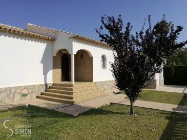 L\'agence immobilière Christine SIMON S.à.r.l. vous propose exclusivement cette magnifique villa libre de 4 côtés située à Els Poblets (Dénia/Alicante) avec vue dégagée et  implantée sur un terrain de 9,14 ares.<br>La maison construite en 1990 avec une surface habitable d\'environ 108 m2 se compose comme suit: <br><br>hall d\'entrée, cuisine équipée avec accès terrasse,  séjour avec une cheminée à foyer ouvert et accès terrasse couverte, 2 chambres à coucher  dont une avec placard et une salle de douche attenante (douche à l\'italienne, WC, fenêtre et lavabo), salle de bain (bidet,WC, baignoire, lavabo et fenêtre), terrasse couverte et terrasse, cave et garage avec mezzanine (20 m2).<br>Extérieurs:<br>grand jardin paysagé et clôturé, piscine (9,50 m x 4,50 m) et abri piscine, Barbecue, place de parking privative devant la maison, petite annexe buanderie.<br><br>Côté technique: chauffage à gaz et radiateurs (bouteille à gaz), fenêtres double vitrage en Aluminium munis de volets manuels, toit en tuiles en terre cuite, carrelages au sol, climatisation chaud et froid au séjour et climatisation froid au chambres, porte garage électrique, portail électrique, système d\'alarme, terrasse couverte carrelée et plafond dalles en bois, portes d\'intérieurs en chêne massif, grilles de fenêtre.<br><br>12 km du centre de Dénia/Alicante<br>10 minutes de la mer<br>100 km de l\'aéroport<br>Charges annuelles:<br>cadastre, déchets, électricité, chauffage: 1200 €<br>Charges mensuelles:<br>Piscine et jardin (optionnel): 165 €<br><br>La commission de vente pour l\'agence de 3% plus TVA 17% est à partager entre le vendeur et l\'acquéreur.<br>Pour de plus amples renseignements ou une visite de la maison contactez l\'agence au tél: 26 53 00 301 ou par mail: info@christinesimon.lu<br><br>Nous sommes en permanence à la recherche de biens pour nos clients solvables, si vous désirez vendre ou louer, contactez Christine SIMON.<br /><br />Die Immobilienagentur Christine SIMON S.à.r.l. bietet  exkl