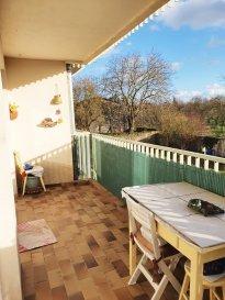 AY SUR MOSELLE : joli F4 dans résidence au calme comprenant une cuisine, un salon-séjour avec balcon, 2 chambres, salle de de bains, cave, grenier, garage et jardin.