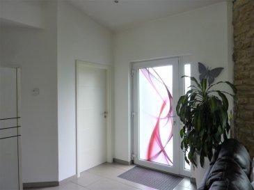 PAVILLON individuel, construction en L de 2011, PLAIN-PIED d'une superficie habitable de 130,69 m², façade isolante, chauffage au gaz par le sol, aspiration centralisée, HALL d'entrée, w-c, espace ouvert : CUISINE équipée-SALON-SEJOUR avec baie coulissante donnant sur TERRASSE/jardin, buanderie avec placards, garage-atelier, SALLE de BAINS : baignoire, douche, vasque et w-c, 4 CHAMBRES dressing dans l'une. Sur 6 ares 16 ca de terrain clos, avec récupérateur des eaux de pluie de 3000 l., terrasse dans l'angle. Taxe foncière : 820 €