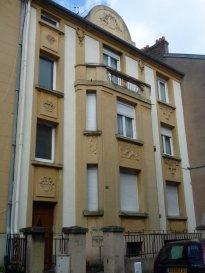 APPARTEMENT - 3 PIECES - MONTIGNY LES METZ. F3 rénové avec 2 chambres en RDC surélevé avec balcon et jardin, grande cuisine, SDB et WC séparés, chauffage gaz individuel, cave. Beaux volumes, rue calme.<br>