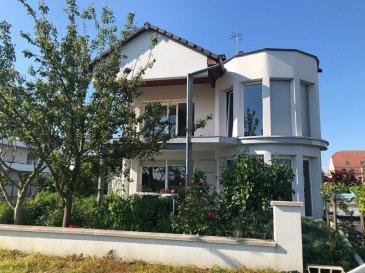 Maison 5 pièces 155 m². Maison individuelle (construction de 2009) de 155m2 au sol sur une parcelle de terrain de 6.37 ares, composée dune cuisine indépendante, un séjour, 3 chambres, 3 SDE.  Au RDC :  -Cuisine équipée (20m2) haut de gamme Brinkmeier, -Séjour (40m2), avec larges baies vitrées donnant accès à la terrasse, -SDE carrelée, avec douche, WC suspendus, lave main, fenêtre, -Terrasse carrelée de 13m2 exposée sud.  Matériaux de qualité : Forgiarini, Bleger, plan de travail en granit (Star Galaxy), électroménager Juno, portes et poignées Neumann, volets extérieurs électriques.  A l'étage : -Chambre (17m2), -Chambre (15m2) avec baie vitrée avec accès balcon exposé sud, -Chambre (16m2) avec grandes baies vitrées et SDE privative (douche et vasque), -SDB (9m2) équipée et carrelée avec baignoire, WC.  Chauffage au sol RDC + étage, VMC, fenêtres PVC avec double vitrage.  Au sous-sol (85m2 environ) : -Garage double (2 véhicules côte à côte) avec porte sectionnelle motorisée, -Pièces de rangement avec grandes fenêtres, -Chaudière Aquathermie de Dietrich.  Sur une parcelle de terrain de 6.37 en bout de lotissement avec vue dégagée sur les champs.  Contact : 06 10 05 35 42. Retrouvez toutes nos annonces sur notre site web http://cfimmo.fr