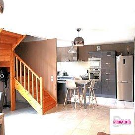 L\'Immobilière Delarue, vous propose en exclusivité cette ravissante maison d\'une surface d\'environ 110 m² cadastrée sur une parcelle 2a11ca &lpar; terrain intimiste&rpar;&period;<br />Elle se compose:<br />- en rdc:<br />D\'une entrée avec placard, toilette, très belle cuisine intégrée ouverte sur espace de vie offrant un accès terrasse, buanderie, garage avec porte de service&period;<br />- à l\'étage:<br />un palier, 1 salle de bain, 1wc, 4 chambres, dont une avec salle d\'eau attenante&period;<br /><br />Ce bien dispose de stationnements privatifs à l\'avant&period;<br /><br /><br />Chauffage au gaz, la maison présente des prestations soignées et de qualité&period;<br />Celle-ci est implantée au bout du impasse, tranquillité assurée&excl;<br />Aucuns travaux à prévoir&excl;<br /><br />Le prix de vente est de 233 000 euros, et les honoraires sont intégralement à la charge du vendeur&period;<br /><br />Dpe en cours&period;