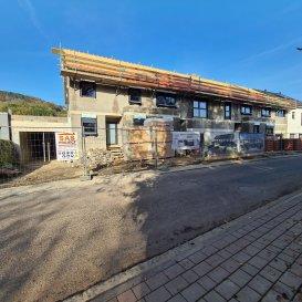 *** Nouveau projet de 4 maisons unifamiliales ***  -FR-  Situé à Bettendorf, dans une rue très calme, à 6 mn de Diekirch. Il se constitue de 4 maisons d'une surface totale d'environ 216 m2 – 280 m2. Toutes les maisons disposent d'une grande terrasse et un jardin (avec abri de jardin)  MAISON LOT 1 d'une surface totale de 216.84m2 + terrasse de 40.17m2, se compose comme suit :  Rez-de-chaussée : salon avec cuisine ouverte et salle à manger avec accès sur terrasse et jardin, bureau, vestiaire, wc séparée, buanderie et local technique, garage pour deux voitures et deux emplacements extérieurs devant la garage.  1er étage : 3 chambres (dont une parentale avec dressing et accès sur une terrasse de 18m2), une salle de bain et un wc séparée  2ème étage : grenier aménageable, local technique  Le projet étant encore en phase de construction, diverses modifications peuvent être fait à la demande du client.   Le prix est exprimé à TVA 3%.  Pour plus de renseignements, n'hésitez pas à nous contacter, afin de réaliser ensemble le plan de votre futur projet.  Contact: E-Mail : info@fn-promotion.lu  / GSM: +352 621 139 988  Réf agence : BTNFR LOT 001  *******  -DE-  Sehr ruhige Lage in Bettendorf, 6min von Diekirch entfernt.  Das Projekt besteht aus 4 Einfamilienhäusern mit einer Gesamtfläche von 216m2 – 280 m2. Alle Häuser verfügen über eine Terrasse mit Garten. (mit Gartenhäuschen)  HAUS LOT 1 beinhaltet eine Gesamtfläche von 216.84m2, sowie auch einer zusätzlichen Terrasse von 40.17m2 und setzt sich wie folgt zusammen:  Erdgeschoss: Wohnzimmer mit offener Küche und Essbereich mit Zugang zur Terrasse und Garten, einem Büro, Eingangshalle, Gäste-WC, Waschraum, Technik-Raum, sowie auch Garage mit zwei Stellnplätzen, sowie auch noch zwei weitere Stellplätze vor der Garage.  1. Stockwerk: 3 Schlafzimmer (eins davon mit Dressing und Zugang zur Terrasse von 18m2), ein Badezimmer, sowie auch eine separate Toilette  2. Stockwerk: bewohnbares Dachgeschoss, Technik-Raum  Da sich das Proje
