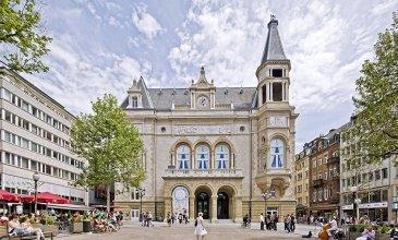 DALPA S.A. vous propose à louer, un confortable appartement entièrement rénové de 1 chambre à coucher sur +/- 85 m² avec une belle terrasse de +/- 15m², situé au plein centre-ville à côté de la place d'Armes   Disponibilité : immédiate  L'objet se situe au : 5, rue Genistre, L-1623 Luxembourg   Situé au 1er étage l'appartement se compose :  - 1 vaste hall d'entrée donnant accès à une belle terrasse - 1 cuisine équipée ouverte - 1 séjour lumineux  - 1 chambre à coucher  - 1 salle de douche avec WC  Au sous-sol une cave complète ce bien.   Nous sommes à votre entière disposition pour tous renseignements complémentaires ou visites des lieux. Veuillez contacter Antonio Lobefaro sous le numéro + 352 621 191 467 ou par mail sur info@dalpa.lu   Si vous souhaitez vendre ou louer votre bien, nous mettons à votre disposition notre professionnalisme, savoir-faire ainsi que notre qualité de service. Nous vous proposons des estimations rapides, gratuites et réalistes.  ENGLISH VERSION  DALPA S.A. offers you for rent, a comfortable fully renovated 1 bedroom apartment of +/- 85 m² with a beautiful terrace of +/- 15m², located in the very heart of the city centre, next to the place d'Armes  Availability : immediately  The object is located at: 5, rue Genistre, L-1623 Luxembourg  Located on the 1st floor, the apartment consists of: - 1 large entrance hall giving access to a nice terrace - 1 open equipped kitchen - 1 bright living  - 1 bedroom  - 1 shower room with WC  In the basement a cellar completes this ensemble.  We are at your disposal for any further information or site visits. Please contact Antonio Lobefaro under the following number + 352 621 191 467 or by mail on info@dalpa.lu  If you want to sell or rent your property, we put at your disposal our professionalism, know-how and our quality of service. We offer you quick, free and realistic estimates.