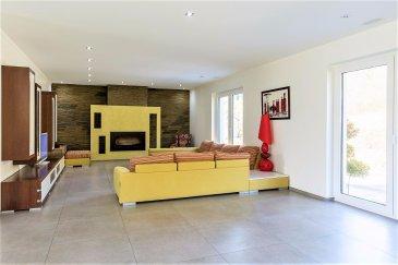 Jean-Marc Estgen et RE/MAX SELECT, vous propose en exclusivité cette très grande maison de ± 525 m² de surface utile et ± 300 m² habitables érigée en 2012 sur un terrain de 10,85 ares avec une vue imprenable.  Au rez-de-chaussée:  - Un vaste hall d'entrée avec un splendide escalier en escargot - Un double séjour de 56 m² avec feu ouvert  - Une cuisine équipée de 39 m² donnant accès vers la terrasse de 14 m² - Un jardin complètement aménagé exposé sud avec une splendide vue  Le jardin bénéficie d' une cabane avec un four à Pizza et barbecue.  Le premier étage:  - Vaste hall - 3 chambres à coucher ( 21 m², 18 m², 17 m² ) qui bénéficient chacune de leur propre salle de douche privative ( à l'italienne ) et d' armoires encastrées en blanc laqué. - Un dressing de 14 m²  Le deuxième étage:  Ce dernier niveau se prête parfaitement pour une Master bedroom de 45 m² donnant sur une terrasse de 35 m² ainsi que sa salle de douche privative. Deux chambres supplémentaires (ou bureau) sont également disponibles.  Au sous-sol:  - Un garage pour 3 voitures - Une buanderie - Une cave - Une cave à vin avec un sol en terre - Une chaufferie  Un produit rare, alliant des matériaux haut de gamme avec une belle luminosité aux finitions soignées et de qualités.   En quelques mots voici les principaux atouts:  - Classe énergétique C/C - Systèmes de chauffage pompe à chaleur - Panneaux solaires  - Récupérateur d' eau de pluie ( 7500 litres ) - Triple vitrage - Antenne parabole - Aération double flux - Stores électriques (Domotique) - Chauffage au sol - Cuisine équipée ouverte - Spots au plafond L.E.D. - Système d'alarme - Vidéo parlophone écran couleur - Caméras de surveillance  - Armoires encastrées   Graulinster fait partie de la commune de Junglinster avec toutes les commodités nécessaires et permet un accès rapide au centre-ville ou vers les autoroutes. Les restaurants, commerces, écoles mais également les parcs à proximité en font un endroit parfait pour les familles à la recherche d'une
