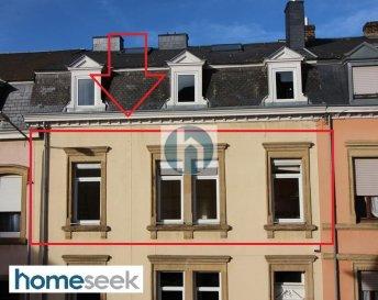 HOMESEEK LIMPERTSBERG (contact direct 691 262 005) a le plaisir de vous proposer ce très bel appartement traversant (double exposition) au premier étage d'une grande maison des années 1920, de +/- 71m2, très lumineux et ayant une unique hauteur sous-plafond de 3,3m. Petite copropriété calme de 3 appartements en plein cœur de Limpertsberg.  Il comprend : - 1 couloir d'entrée,  - 2 chambres à coucher (+/-13m2 et +/-11m2) donnant sur de charmants jardins arrière sans vis-à-vis, - 1 salle de douche spacieuse,  - 1 cuisine semi-fermée, équipée (+/-5m2) orientée sud, nouveaux réfrigérateur et cuisinière, - 1 premier salon/salle-à-manger (+/-14,5m2) orienté sud, - 1 deuxième salon/bureau (+/-13,3m2) orienté sud, - 1 wc séparé,  - 1 débarras haut de plafond (+/-1m2) avec fenêtre, électricité au ½ étage, - 1 cave voûtée ancienne, très spacieuse (+/-14m2), - 1 espace dans le local commun servant de buanderie avec lave-linge récent (septembre 2019) et sèche-linge tout neuf.  Caractéristiques techniques : double vitrage châssis PVC, volets manuels ou stores-bateaux, porte d'entrée 3 points, gaz de ville. CPE H-I.   Non fumeur. Pas d'animaux de compagnie.  Quartier ultra résidentiel riche en commerces, restaurants, crèches, écoles (écoles primaires luxembourgeoises, Lycée de Garçons de Limpertsberg, Ecole Waldorf, Section anglaise au Lycée Michel Lucius...), parcs, Halls sportives du Tramschapp et Hall Victor Hugo, Grand Théâtre, cinéma Utopia, proche du centre-ville (10mn à pied, 5mn en voiture) et de Kirchberg, proche de la forêt du « Bambesch » (10mn en voiture), très bien desservi par les transports publics (plusieurs lignes de bus, Vel'oh et stations de tram).  Conditions financières : - loyer mensuel : 1800€/mois, - charges prévisionnelles : 100€/mois (comprenant l'eau et les charges communes), - compteurs individuels pour le gaz (+/-80€/mois pour l'eau chaude et le chauffage) et pour l'électricité (+/-40€/mois) basée sur la consommation d'un couple. - bail d'une durée de 